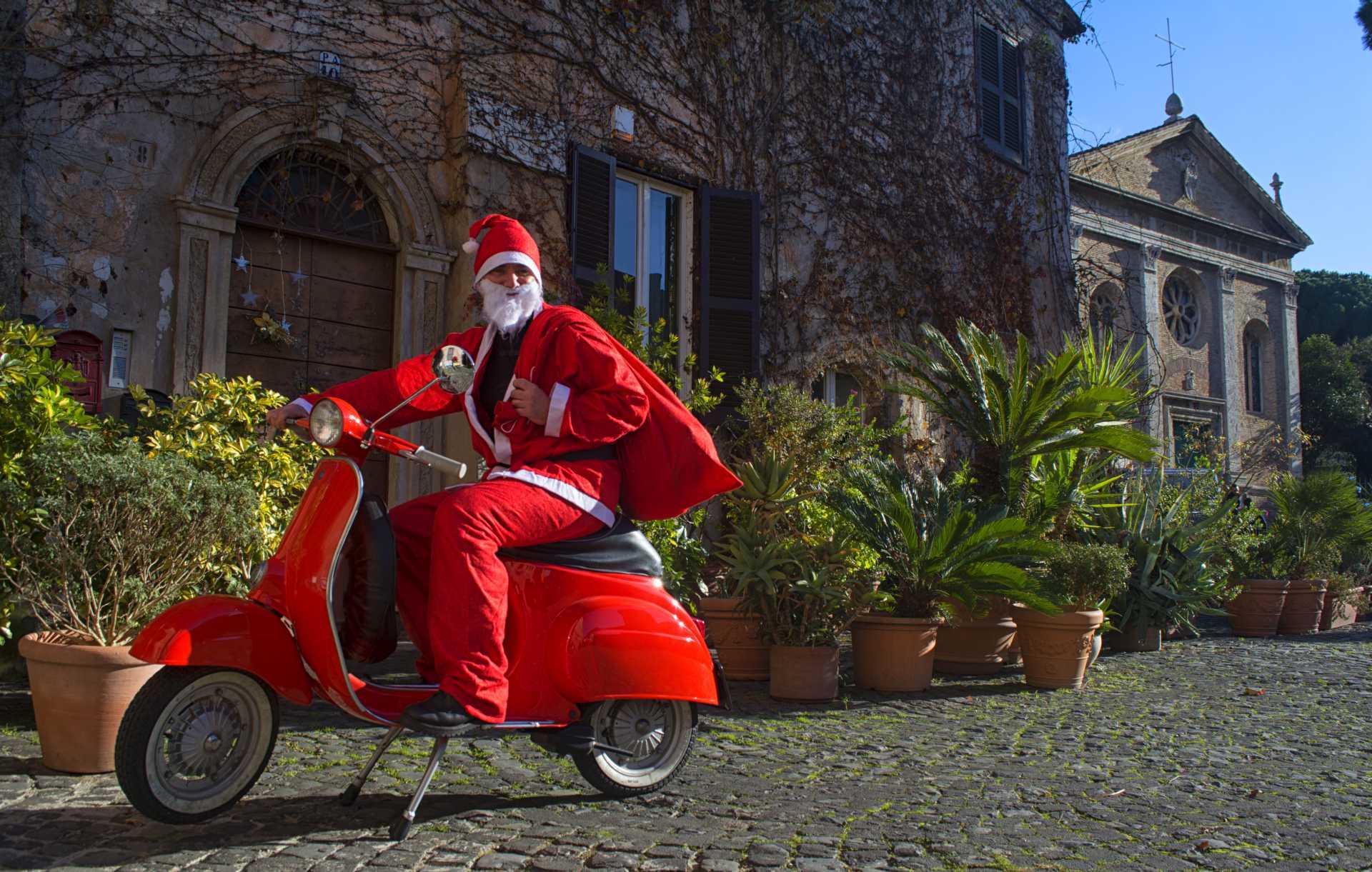 Auguri da Babbo Natale in Vespa nel Borgo di Ostia Antica