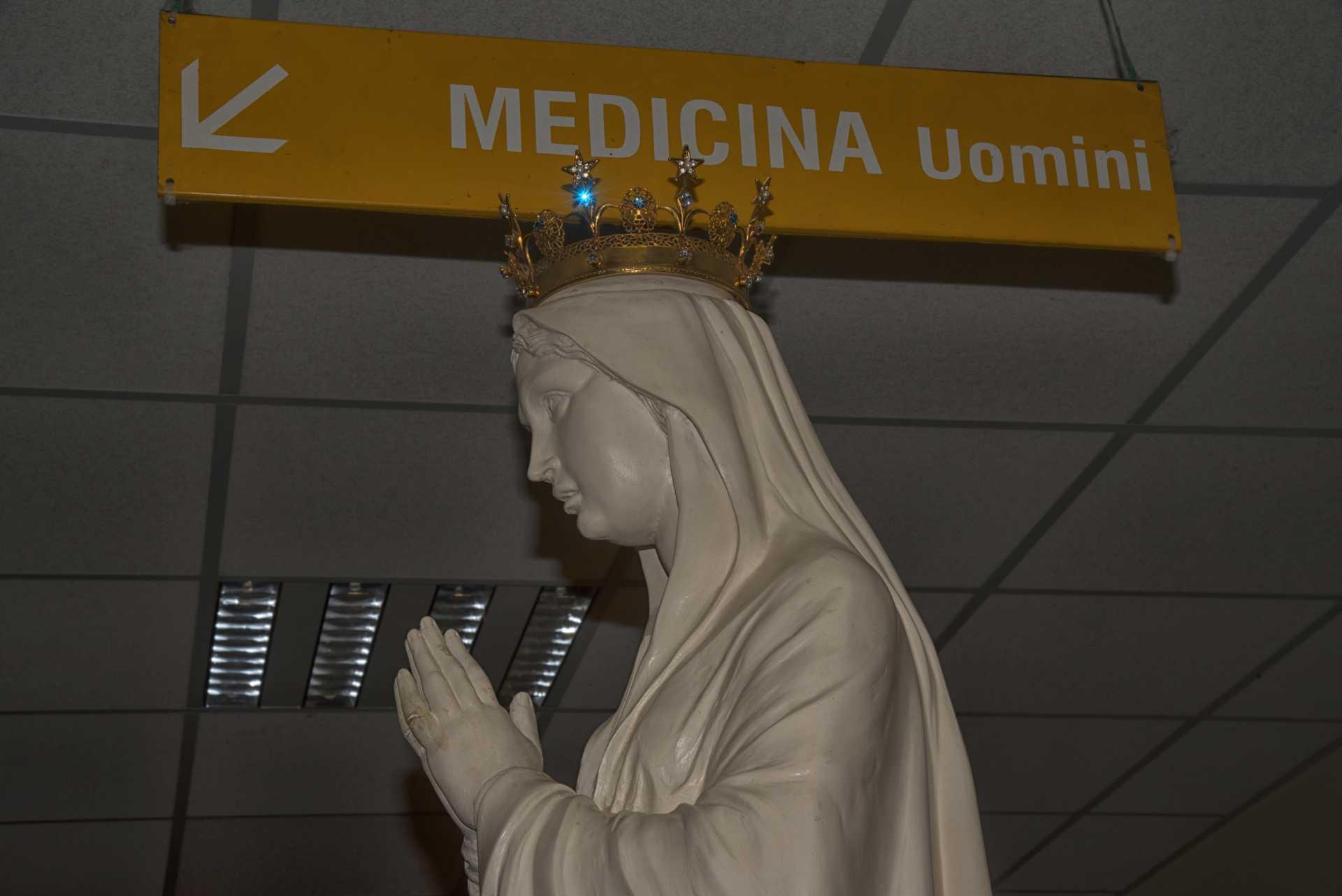 Processione della Madonna pellegrina di Lourdes nell'ospedale G.B. Grassi