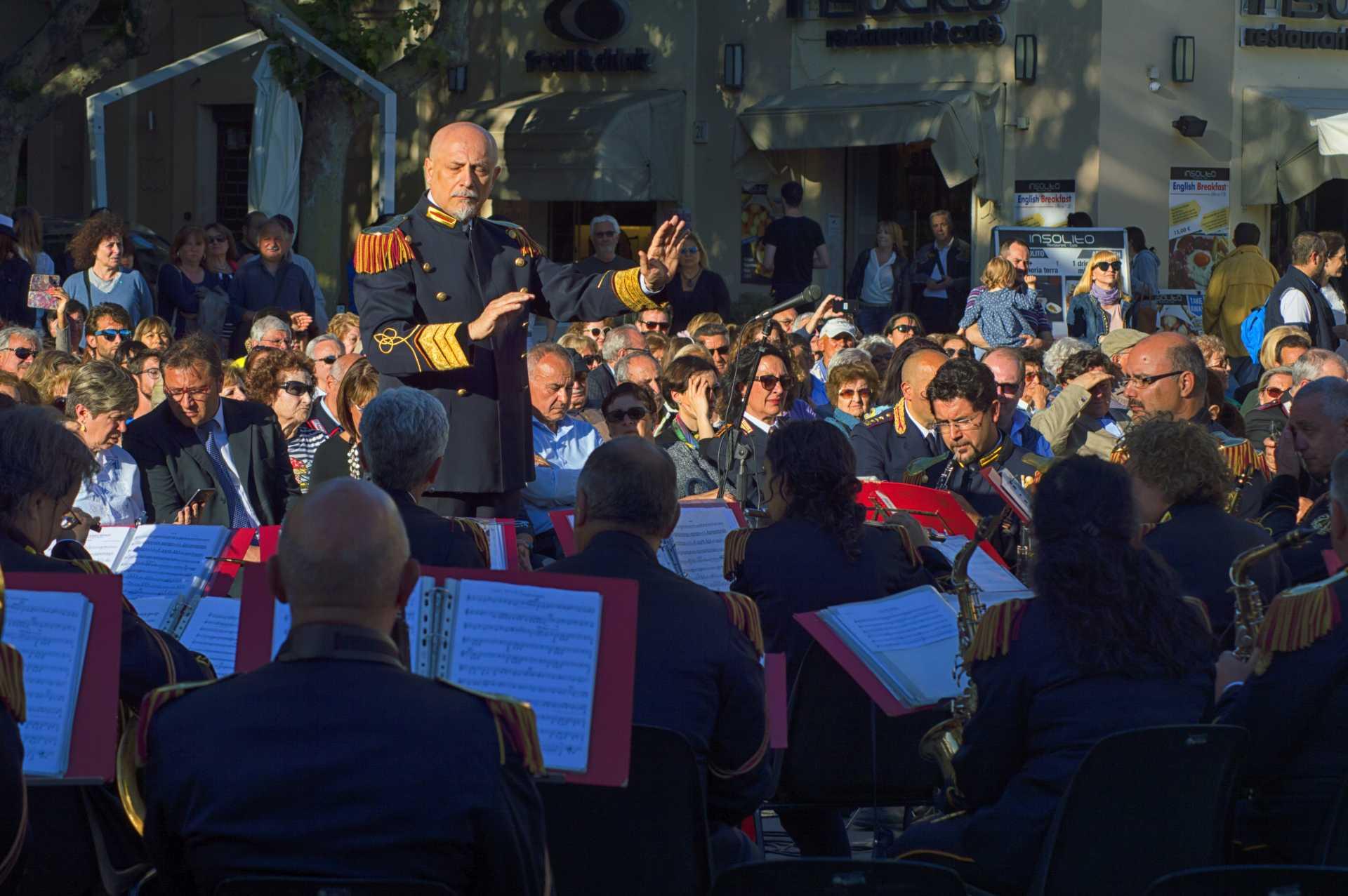 La banda della Polizia Municipale del Comune di Roma a Piazza Anco Marzio a Ostia