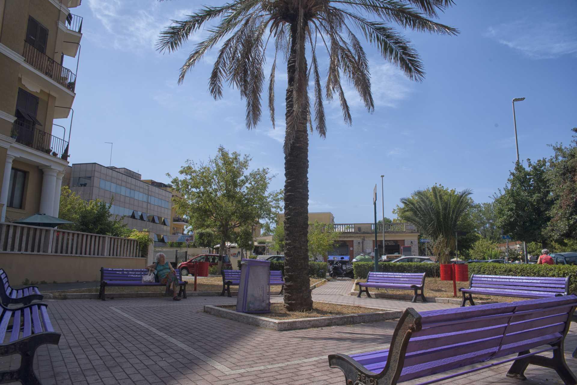 La piazza della gentilezza a Ostia